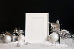 Falsk övre ram på mörk bakgrund med julpyntstruntsaker, gåvaaskar och snöinbjudan, kort Moderiktig svart för kopieringsspase royaltyfri bild
