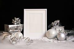 Falsk övre ram på mörk bakgrund med julpyntstruntsaker, gåvaaskar och snöinbjudan, kort Moderiktig svart för kopieringsspase arkivbilder