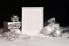 Falsk övre ram på mörk bakgrund med julpyntstruntsaker, gåvaaskar och snöinbjudan, kort Moderiktig svart för kopieringsspase royaltyfria bilder