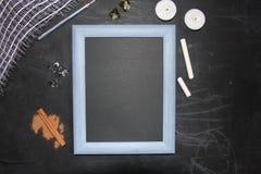 Falsk övre svart tavla med symbol för glad jul Ram och ställe för din text royaltyfria foton