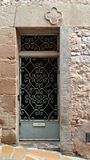 Falsk dörr i ett forntida hus och stad Arkivfoton