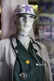 Falsk doktorsstående för kvinnlig kirurg med stetoskopet royaltyfri foto