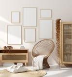Falsk ?vre ram i hemmilj?bakgrund, beige rum med naturligt tr?m?blemang, skandinavisk stil royaltyfria foton