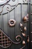 Falska objekt som dekorerar moderna metallportar Royaltyfri Bild