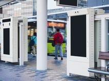 Falskt övre baner på hållplatsen i stadsmassmedia som annonserar arkivfoto