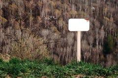Falskt av det tomt undertecknar upp parkerar in på bergssidan arkivbild