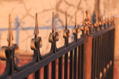 Falskt belägga med metall staket Arkivfoto