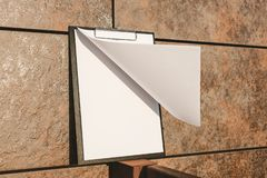 Falso su della compressa per la carta contro la parete fotografia stock