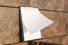 Falso su della compressa per la carta contro la parete immagini stock libere da diritti