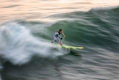 Falta de definición de la persona que practica surf: Velocidad y intensidad Fotos de archivo libres de regalías