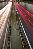 Falta de definición de las luces del coche en el camino Fotografía de archivo