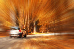 Falta de definición de los coches del viaje de la carretera del otoño imagen de archivo libre de regalías