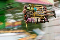 Falta de definición de movimiento de la gente en paseo rápido del carnaval Imagen de archivo libre de regalías