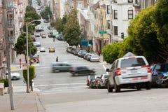 Falta de definición de movimiento de los coches que viaja abajo de Hilly San Francisco Streets Foto de archivo