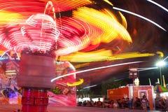 Falta de definición de movimiento de rayar luces del paseo rápido del carnaval Imágenes de archivo libres de regalías