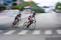 Falta de definición de movimiento del ciclista adolescente que compite con en criterio del crepúsculo de Atenas Fotos de archivo libres de regalías