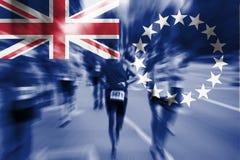 Falta de definición de movimiento del corredor de maratón con la bandera de mezcla de Islands del cocinero Foto de archivo