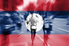 Falta de definición de movimiento del corredor de maratón con la bandera de mezcla de PDR del Lao Foto de archivo