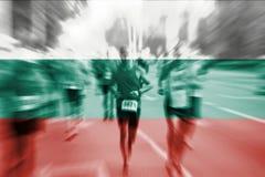 Falta de definición de movimiento del corredor de maratón con la mezcla de la bandera de Bulgaria Imagen de archivo libre de regalías