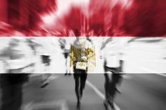 Falta de definición de movimiento del corredor de maratón con la mezcla de la bandera de Egipto Fotografía de archivo