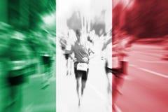 Falta de definición de movimiento del corredor de maratón con la mezcla de la bandera de Italia Imagen de archivo
