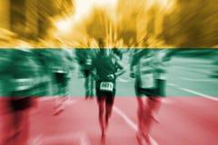 Falta de definición de movimiento del corredor de maratón con la mezcla de la bandera de Lituania Imagenes de archivo