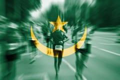 Falta de definición de movimiento del corredor de maratón con la mezcla de la bandera de Mauritania Imágenes de archivo libres de regalías