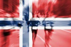 Falta de definición de movimiento del corredor de maratón con la mezcla de la bandera de Noruega Fotos de archivo