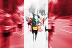 Falta de definición de movimiento del corredor de maratón con la mezcla de la bandera de Perú Imagenes de archivo