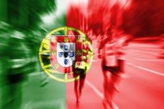 Falta de definición de movimiento del corredor de maratón con la mezcla de la bandera de Portuga Imagen de archivo