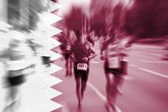 Falta de definición de movimiento del corredor de maratón con la mezcla de la bandera de Qatar Imágenes de archivo libres de regalías