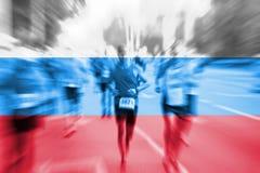 Falta de definición de movimiento del corredor de maratón con la mezcla de la bandera de Rusia Fotografía de archivo libre de regalías