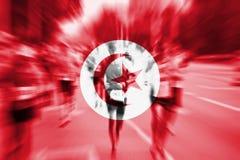 Falta de definición de movimiento del corredor de maratón con la mezcla de la bandera de Túnez Imagenes de archivo