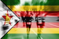 Falta de definición de movimiento del corredor de maratón con la mezcla de la bandera de Zimbabwe Fotos de archivo libres de regalías