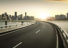 Falta de definición de movimiento del paso superior de la carretera con el backgroun del horizonte de la ciudad imagen de archivo libre de regalías