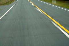 Falta de definición de movimiento del paso superior de la carretera de asfalto Imagenes de archivo