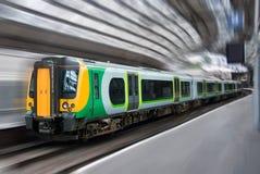 Falta de definición de movimiento del tren del transporte del viajero del pasajero Imágenes de archivo libres de regalías