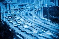 Falta de definición de movimiento ocupada del tráfico y de los vehículos en el puente Foto de archivo libre de regalías