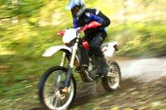 Falta de definición de movimiento, río campo a través de la travesía de la moto Fotografía de archivo libre de regalías