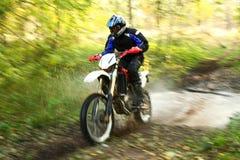 Falta de definición de movimiento, río campo a través de la travesía de la moto Fotos de archivo
