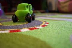 Falta de definición del coche de la alfombra del juguete Imagen de archivo