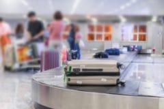 falta de definición del equipaje con la banda transportadora en el aeropuerto Foto de archivo libre de regalías