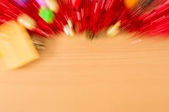 Falta de definición del regalo con la cinta roja en la tabla por Año Nuevo y la Navidad Fotografía de archivo libre de regalías