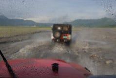 Falta de definición en coche con la lluvia grande y tormenta en la manera a Pinatubo V fotografía de archivo libre de regalías