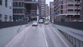Falta de definición, estacionamiento subterráneo en la ciudad, coche del comprador defocus almacen de metraje de vídeo