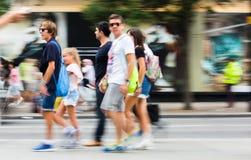 Falta de definición de la gente que camina en la calle de Oxford, Londres Fotografía de archivo libre de regalías