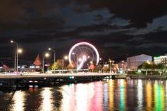 Falta de definición larga de la exposición de la reflexión de la noche de la luz de Ginebra Suiza de la rueda grande foto de archivo