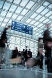 Falta de definición móvil de la gente en pasillo moderno del aeropuerto Imagenes de archivo