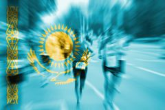 Falta de definición de movimiento del corredor de maratón con la mezcla de la bandera de Kazajistán Imagenes de archivo