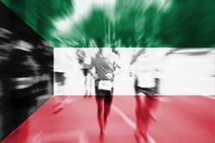 Falta de definición de movimiento del corredor de maratón con la mezcla de la bandera de Kuwait Imagen de archivo libre de regalías